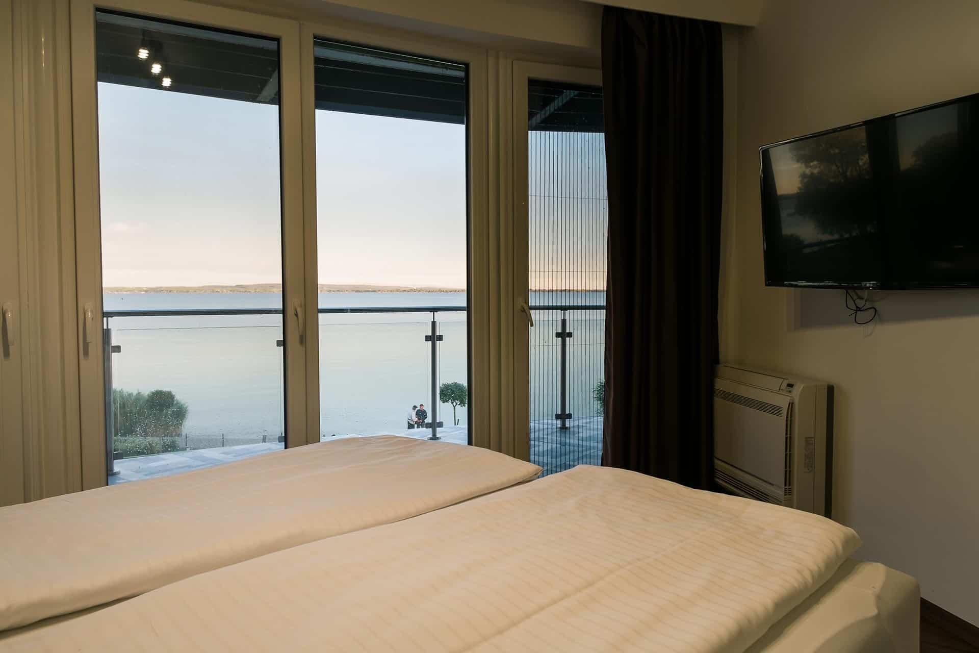 Balatoni panorámás vízparti Apartmanok Keszthely - balatoni panoráma a hálószobából.