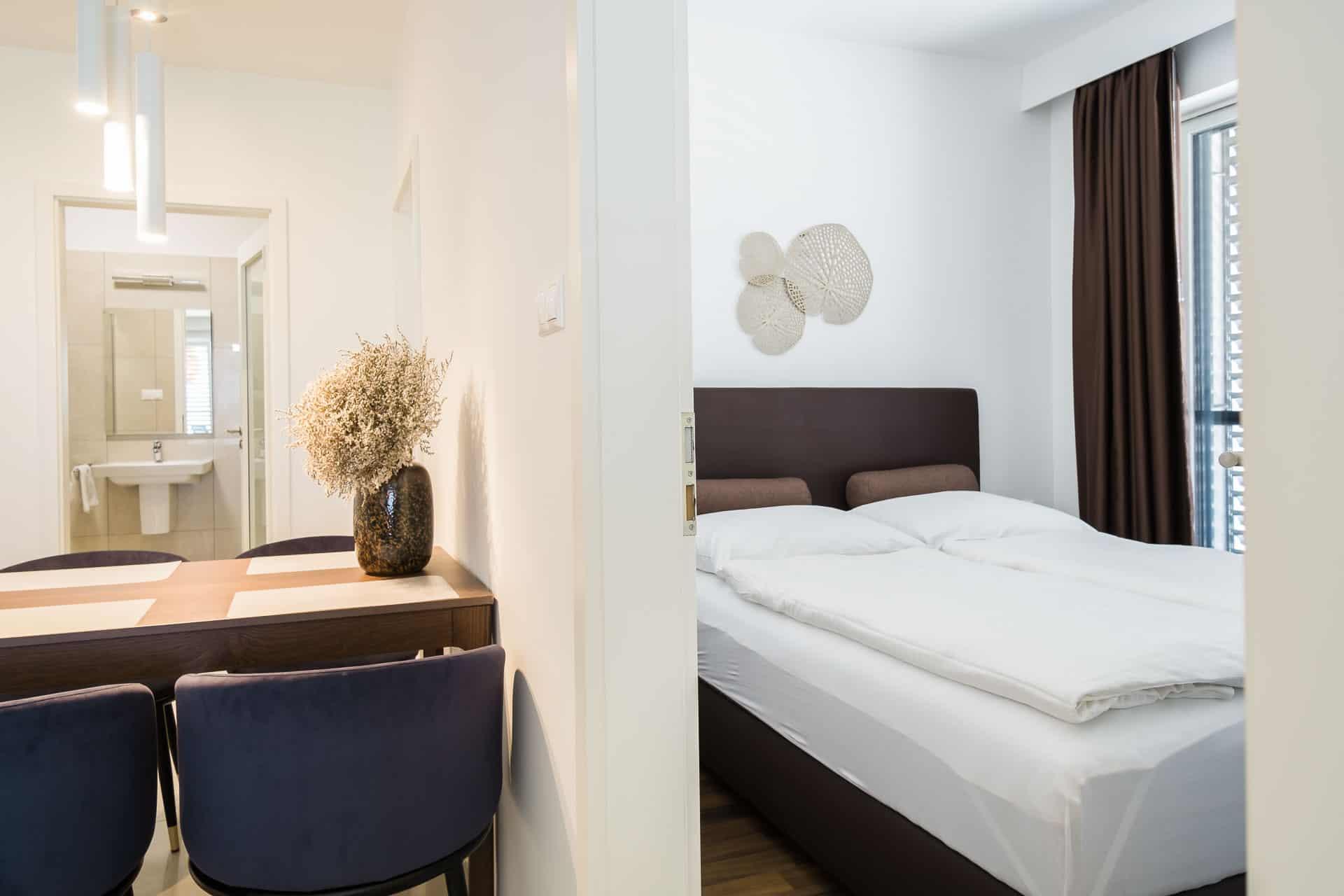 Vízparti apartmanok Keszthely - előtérben az étkező - háttérben a háló.