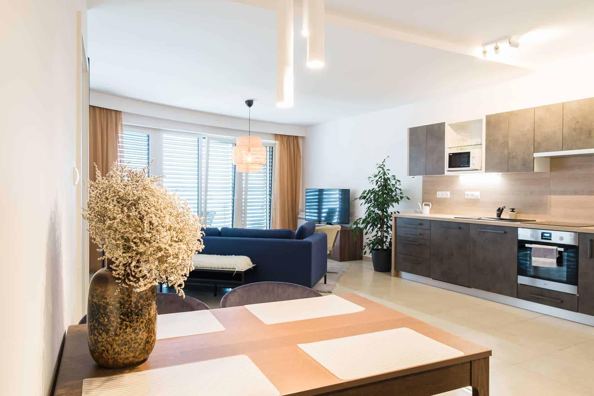 Vízparti balatoni panorámás Apartmanok Keszthely - előtérben az étkező - háttérben a konyha és nappali.