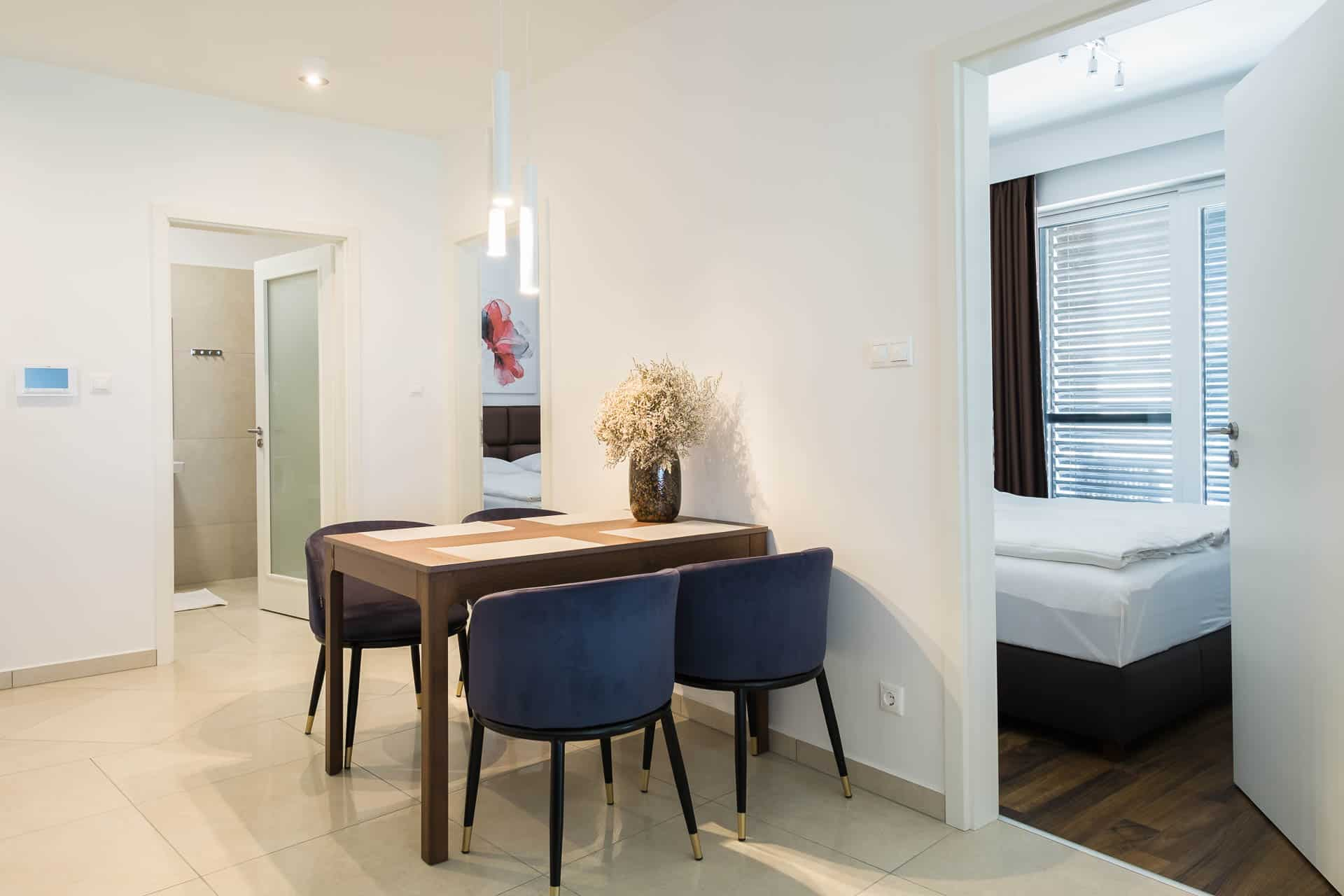 Prémium minőségű, vízparti Apartmanok Keszthely - előtérben az étkező - háttérben a háló.
