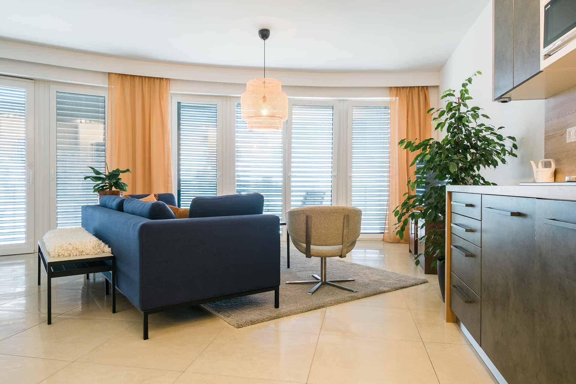 Vízparti balatoni panorámás Apartmanok Keszthely - nappali a konyhával.