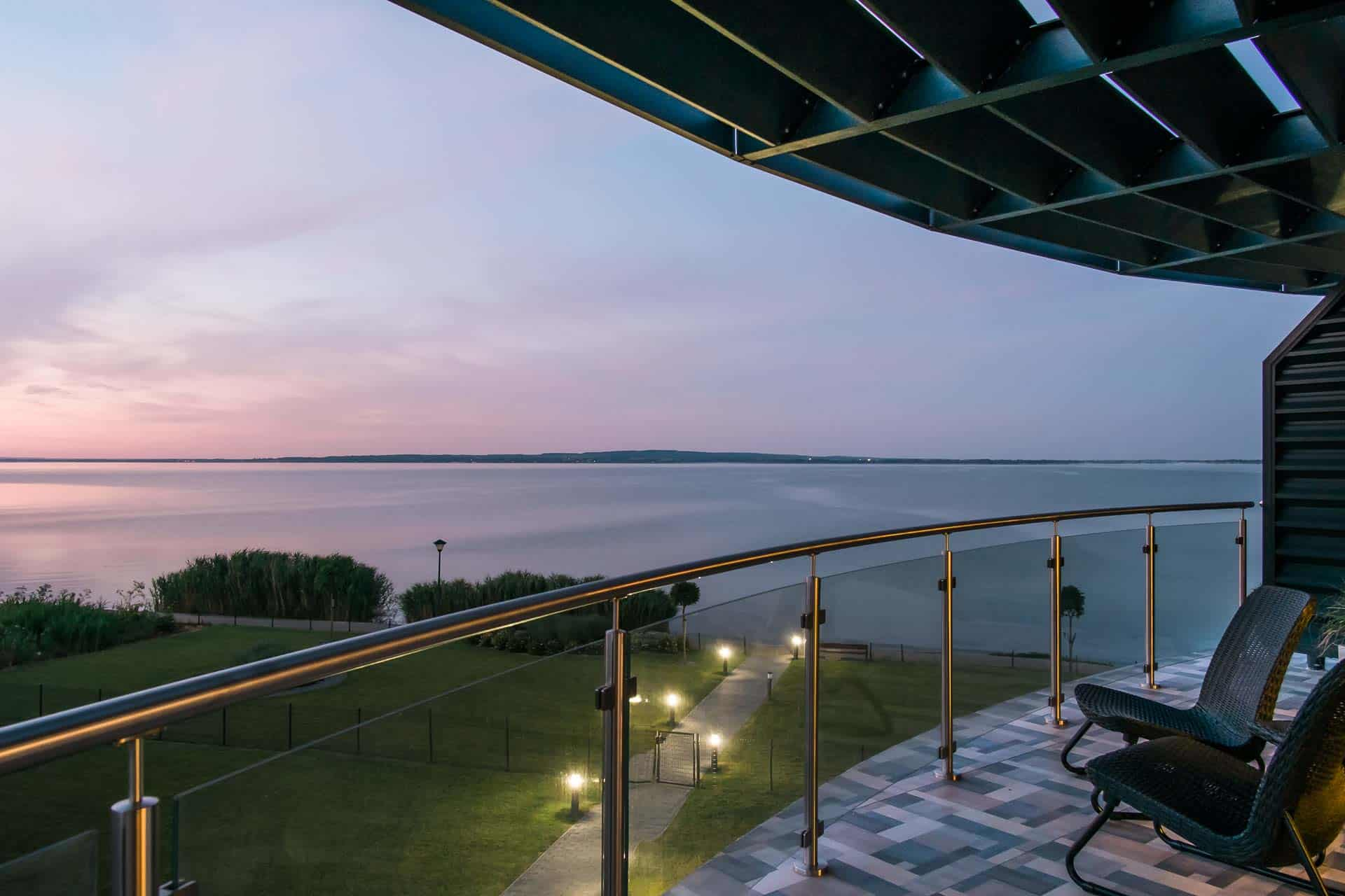 Vízparti balatoni panorámás Apartmanok Keszthely - terasz - hajnali Balaton
