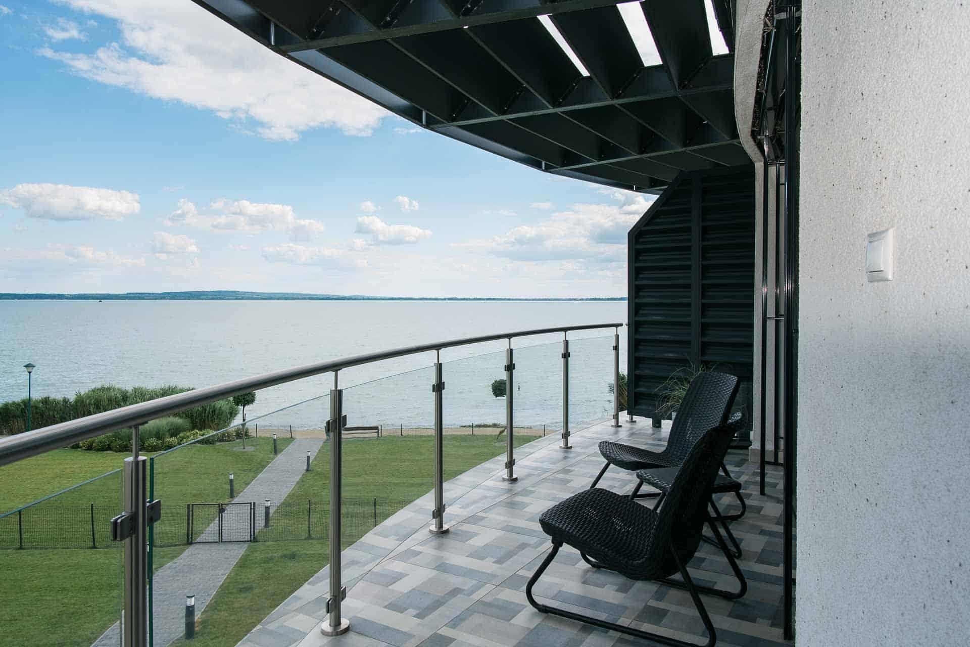 Balatoni panorámás, vízparti Apartmanok Keszthely - terasz - kilátás a Balatonra.