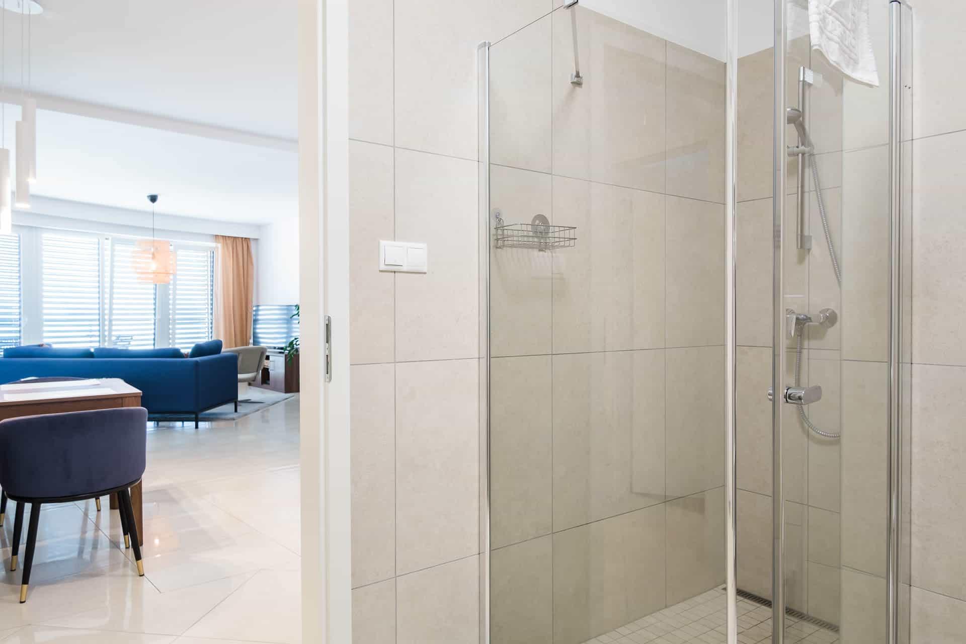 Prémum minőségű vízparti balatoni panorámás Apartmanok Keszthely - fürdőszoba háttérben a nappali.