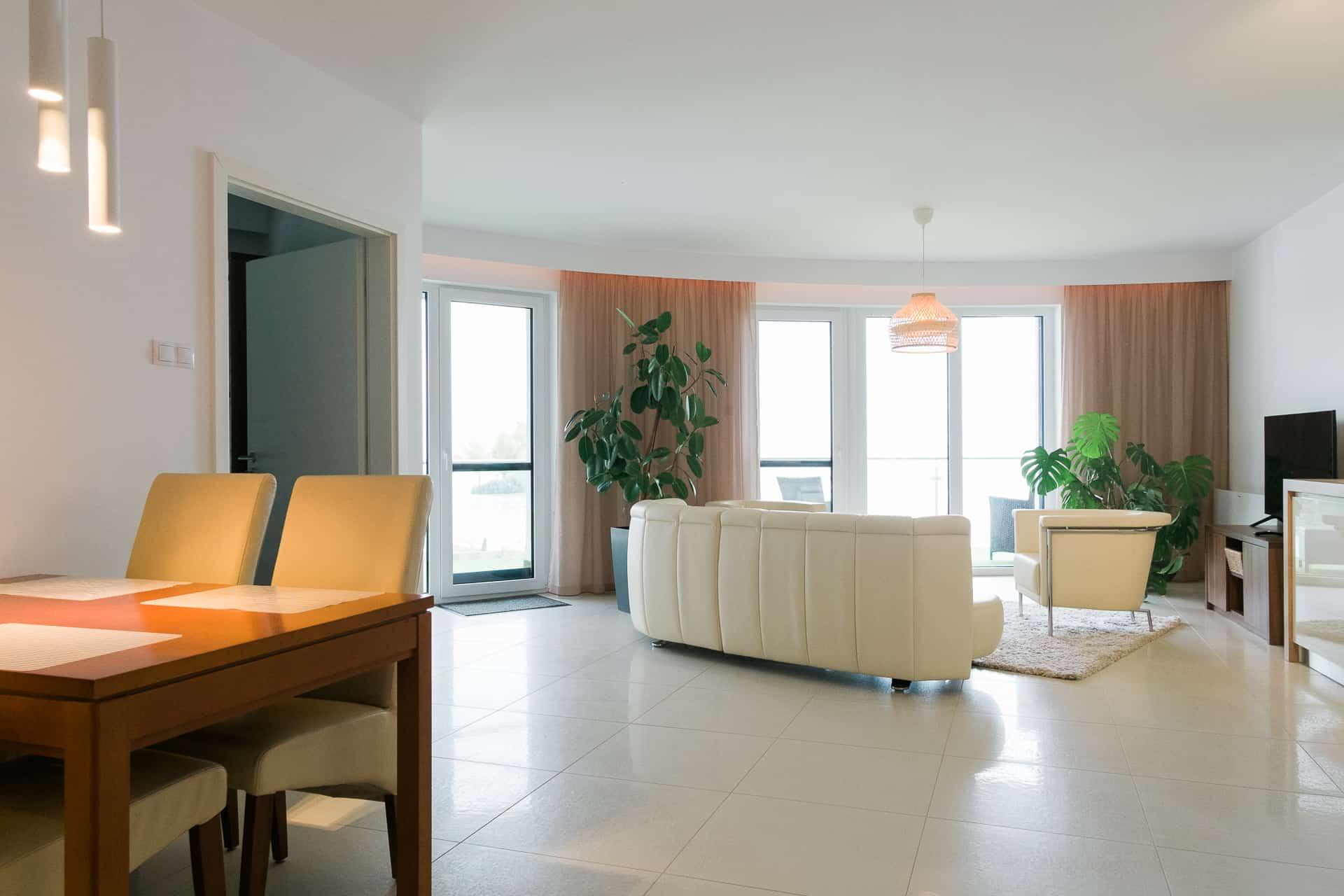 Vízparti balatoni panorámás Apartmanok Keszthely - étkező és nappali.