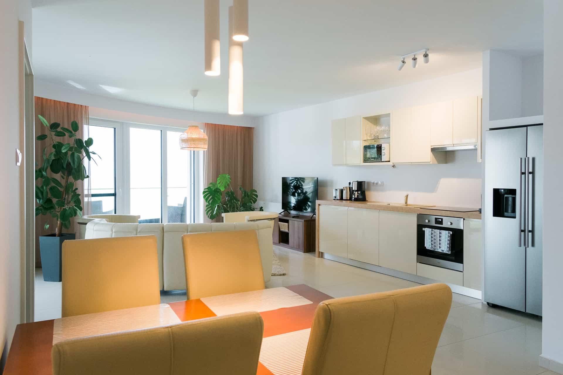 Vízparti balatoni panorámás Apartmanok Keszthely - nappali konyhával és étkrezővel.