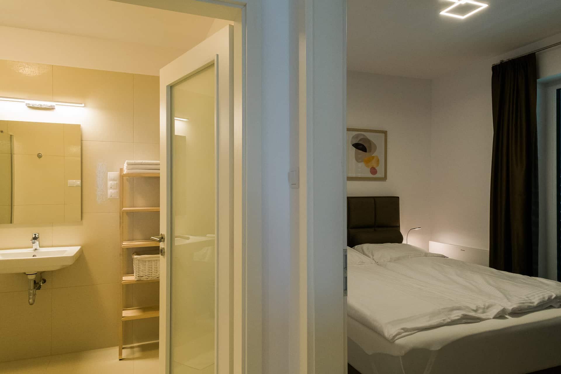 Vízparti balatoni panorámás Apartmanok Keszthely - fürdőszoba és háló.